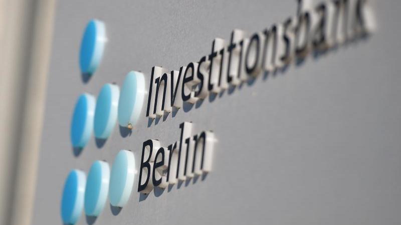 Das Logo der Investitionsbank Berlin. Foto: Britta Pedersen/dpa-Zentralbild/dpa/Archivbild