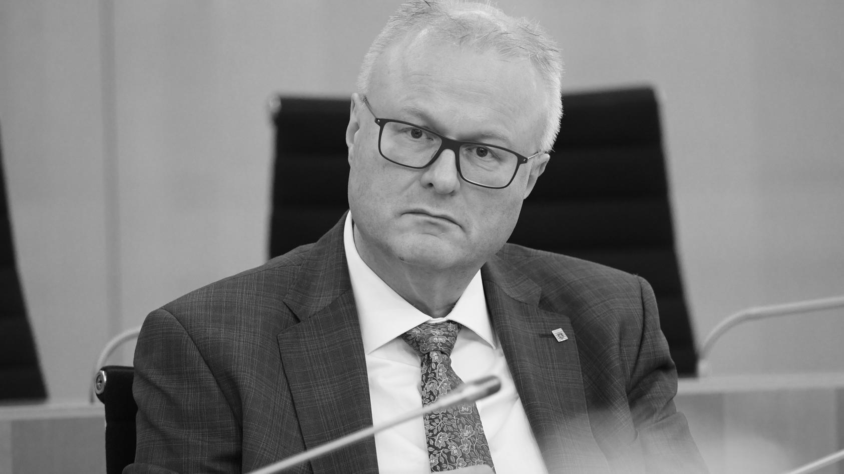 24.03.2020, Hessen, Wiesbaden: Thomas Schäfer (CDU), Finanzminister des Landes Hessen, nimmt an der Plenarsitzung des hessischen Landtags teil. Foto: Arne Dedert/dpa | Verwendung weltweit