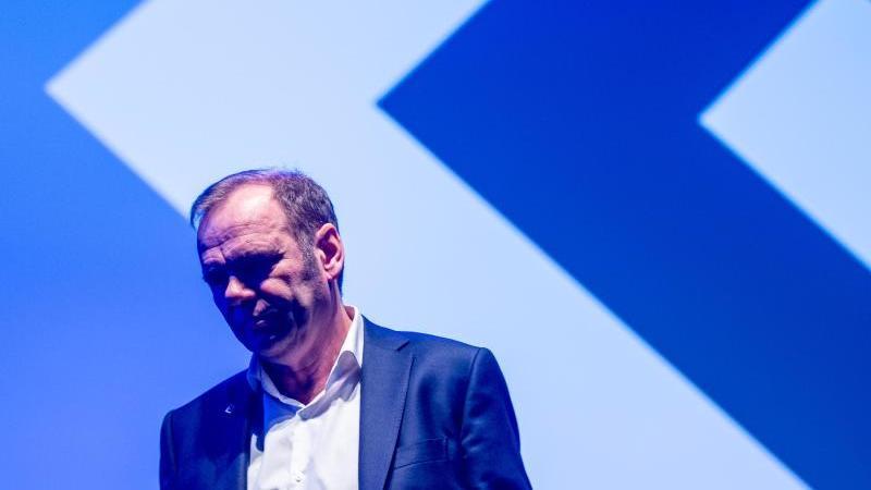 Muss beim HSV gehen:Vorstandsboss Bernd Hoffmann. Foto: Axel Heimken/dpa
