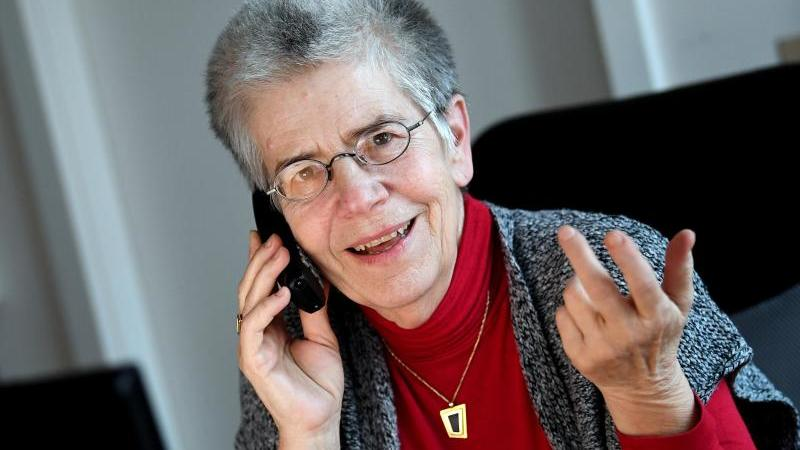 Silbernetz-Initiatorin Elke Schilling telefoniert in ihrem Büro. Foto: Britta Pedersen/dpa-Zentralbild/dpa