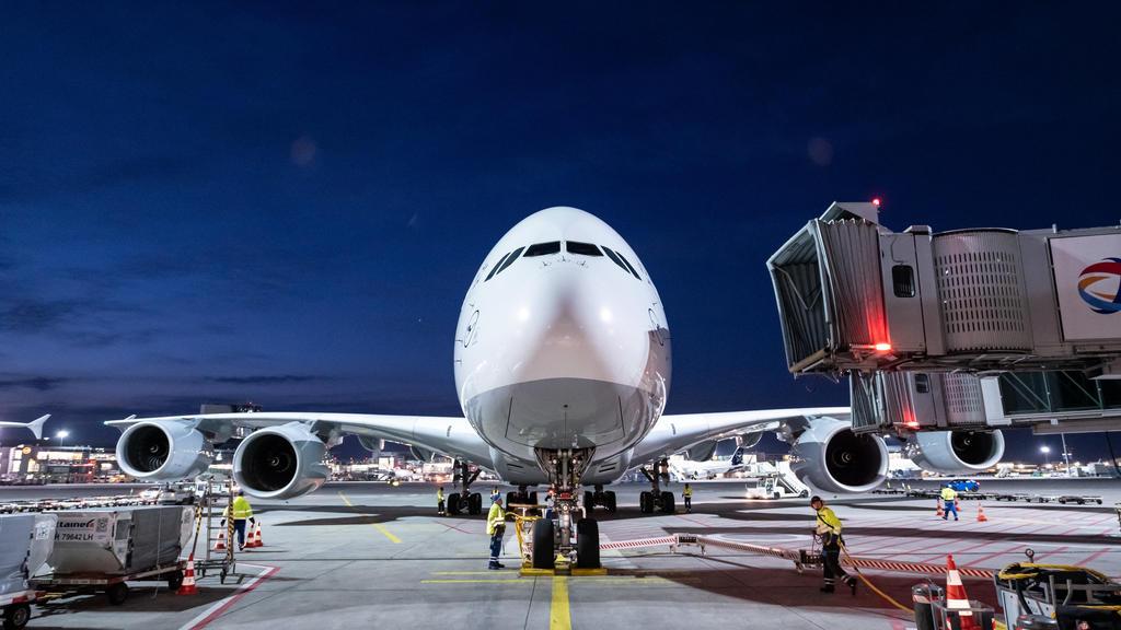 29.03.2020, Hessen, Frankfurt/Main: Ein Airbus A380 der Fluggesellschaft Lufthansa steht nach der Landung am Flughafen Frankfurt in seiner Parkposition. Es war die vorerst letzte Landung eines Lufthansa-Airbus A380 am Frankfurter Flughafen. Die Masch