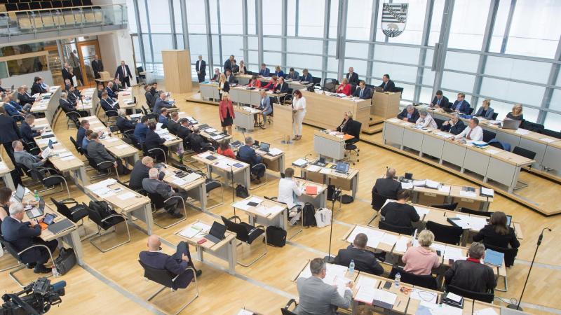 Der Plenarsaal des Landtags von Sachsen-Anhalt. Foto: Klaus-Dietmar Gabbert/dpa-Zentralbild/dpa/Archivbild
