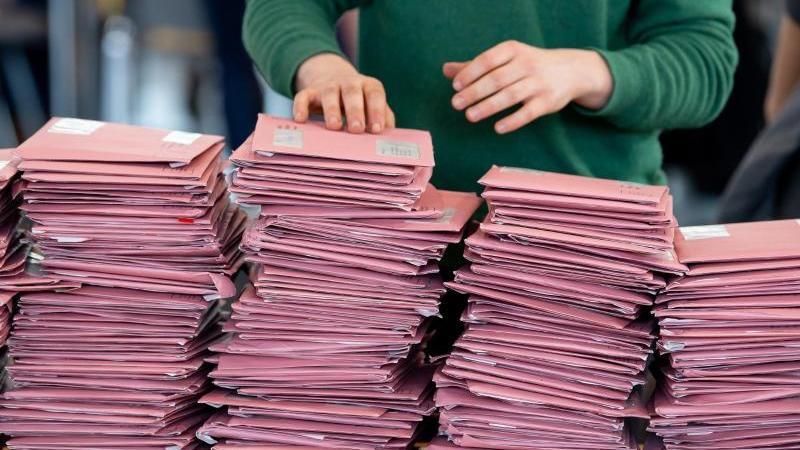 Wahlhelfer bei der Auszählung der Briefwahl. Foto: Sven Hoppe/dpa