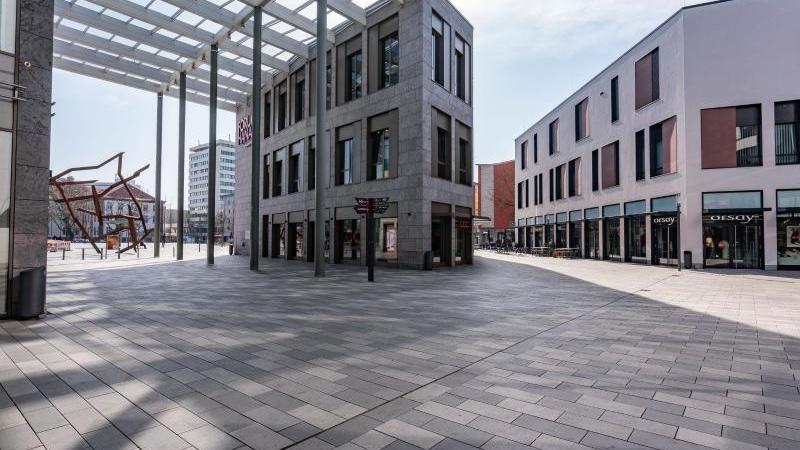 Menschleer ist das Pflaster rings um ein Einkaufszentrum in der Hanauer Innenstadt. Foto: Frank Rumpenhorst/dpa