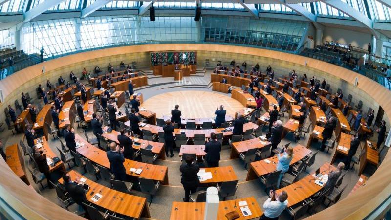 Abgeordnete debattieren während einer Sitzung im Landtag Nordrhein-Westfalen. Foto: Federico Gambarini/dpa