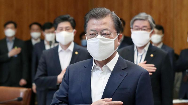 Die Entscheidung, Konsum-Gutscheine an die Bevölkerung zu verteilen fiel Südkoreas Präsidentn Moon Jae In offenbar nicht leicht. Foto: Park Young-Tai/NEWSIS/AP/dpa