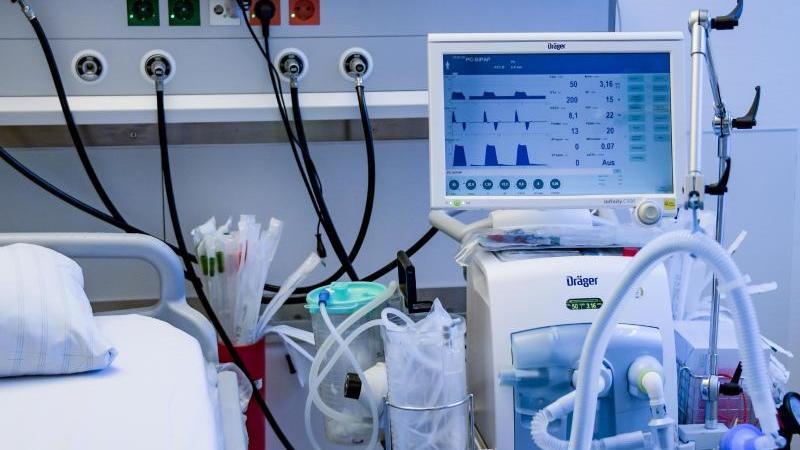 Ein Beatmungsgerät steht in einem Behandlungszimmer des UKE. Foto: Axel Heimken/dpa/Pool/dpa/Archivbild