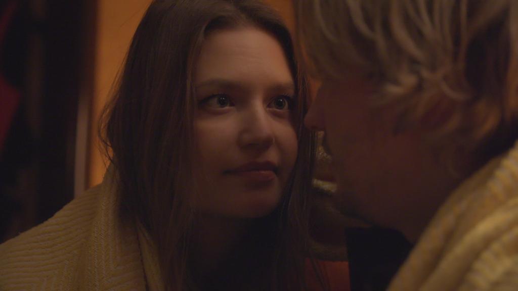 AWZ: Nathalie schaut Finn an.