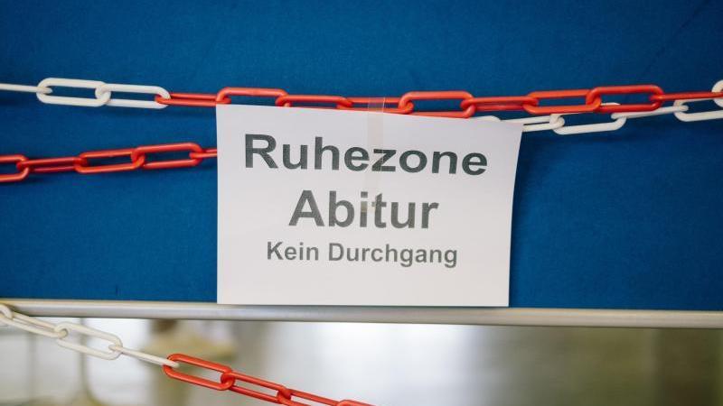 Ein Schild verweist auf eine Abitur-Ruhezone. Foto: Ole Spata/dpa/Symbolbild