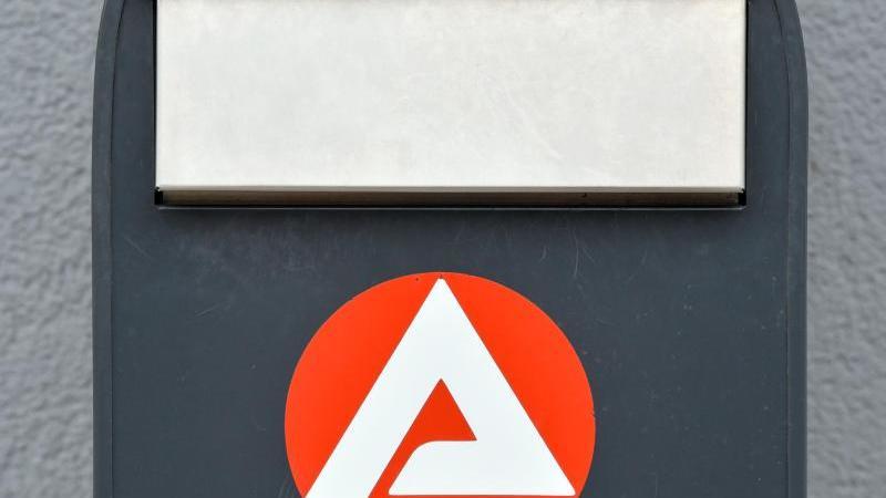 Das Logo der Agentur für Arbeit an einem Briefkasten. Foto: Patrick Pleul/dpa-Zentralbild/ZB/Archivbild