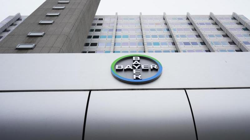 Blick auf das Logo des Chemiekonzerns Bayer AG in Berlin. Bayer hat sich in den USA auf einen Vergleich im Rechtsstreit geeinigt. Foto: Jörg Carstensen/dpa