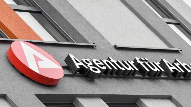 Das Logo und der Schriftzug der Agentur für Arbeit. Foto: Patrick Pleul/dpa-Zentralbild/ZB/Archivbild