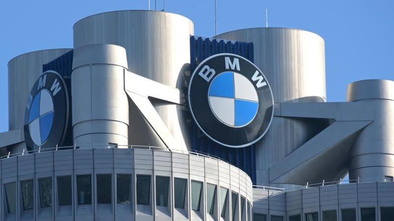 Das BMW-Logo auf dem Firmensitz des Automobilherstellers BMW. Foto: Tobias Hase/dpa/Archivbild