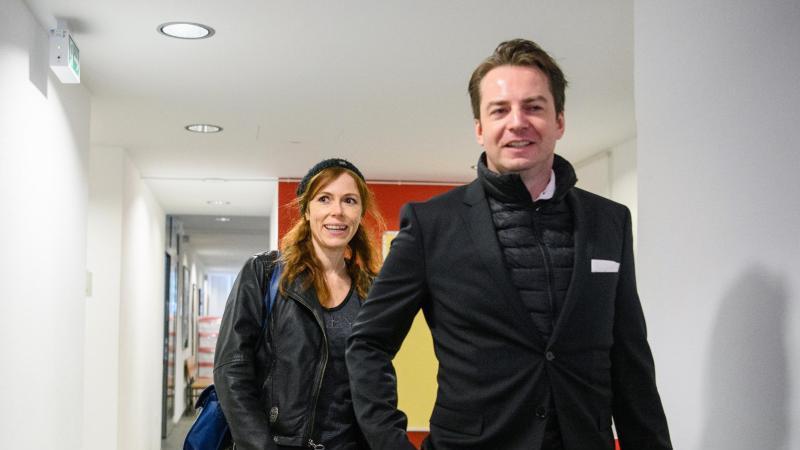 Die beschuldigte Schauspielerin Antje Mönning (l) kommt mit ihrem Rechtsanwalt Alexander Stevens zu ihrem Prozess wegen Erregung öffentlichen Ärgernisses in einen Gerichtssaal vom Amtsgericht. Foto: Matthias Balk/dpa/Archivbild
