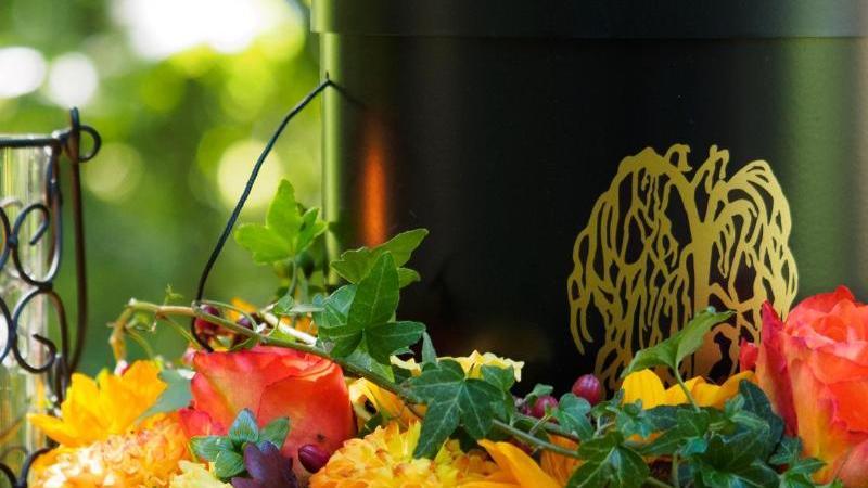 Eine für eine Bestattung vorbereitete Urne steht auf einem Naturfriedhof. Foto: Nicolas Armer/dpa