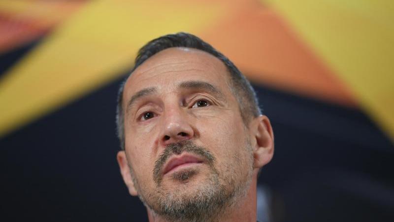 Frankfurts Cheftrainer Adi Hütter spricht während einer Pressekonferenz. Foto: Arne Dedert/dpa