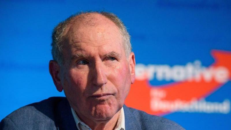 Josef Dörr sitzt beim Landesparteitag der saarländischen AfD auf dem Podium. Foto: picture alliance / dpa/Archivbild