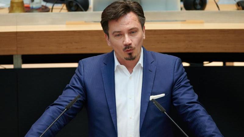 Der Abgeordnete Marcel Luthe (FDP) spricht im Abgeordnetenhaus während der Plenarsitzung. Foto: Annette Riedl/dpa/Archivbild