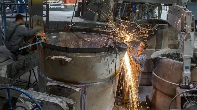 Mitarbeiter in einer Gießerei. Die Bundesregierung arbeitet bei Corona-Hilfen an Nachbesserungen für mittelständische Unternehmen, um eine Pleitewelle zu verhindern. Foto: Jens Büttner/dpa-Zentralbild/dpa