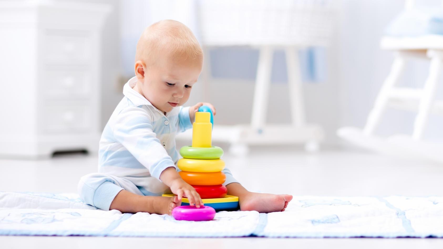 Im 7. Monat können Babys bereits alleine sitzen und stärken zunehmend ihre motorischen, geistigen und emotionalen Fähigkeiten.