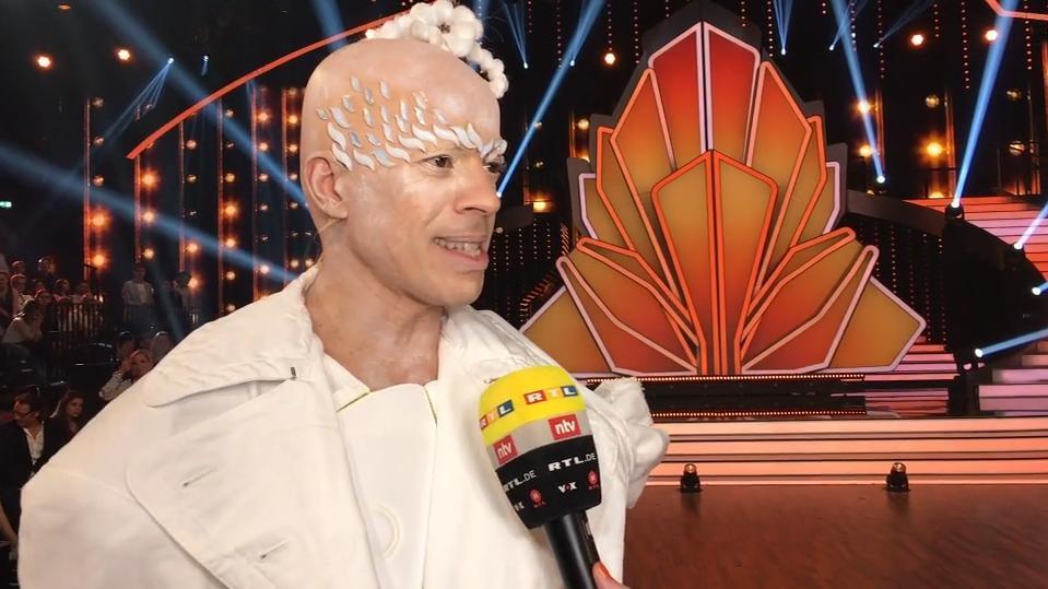 Jorge González ganz in weiß und ohne Haare.