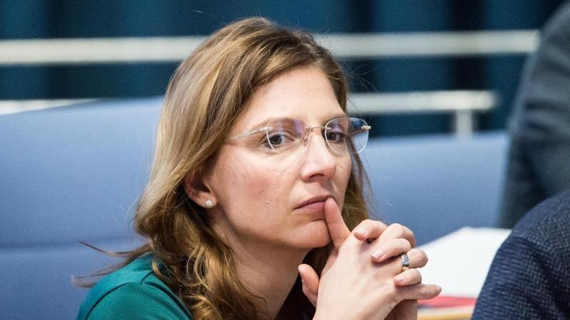 Sabine Bätzing-Lichtenthäler, Gesundheitsministerin von Rheinland-Pfalz, sitzt im Landtag. Foto: Andreas Arnold/dpa/Archivbild