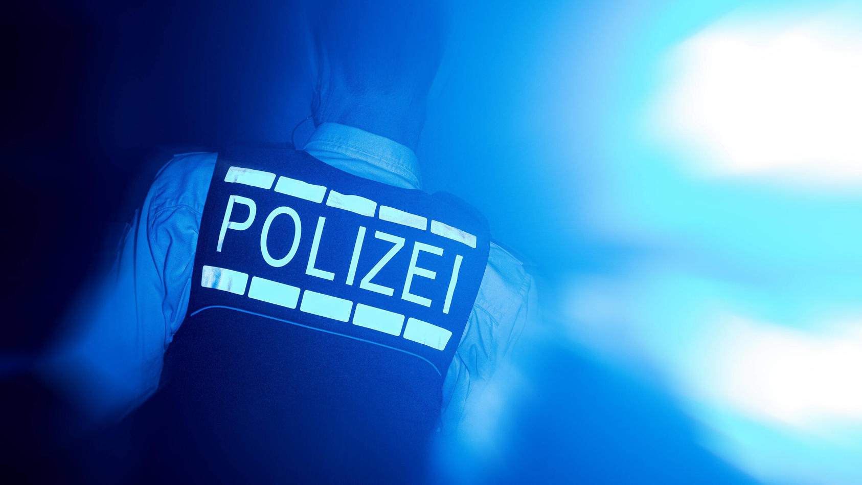 Symbolbild mit einem Polizisten und Blaulicht Stuttgart *** Symbol picture with a policeman and blue light Stuttgart Co