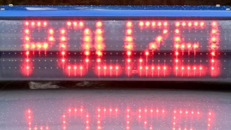 """Die Leuchtschrift """"Polizei"""" ist auf dem Dach eines Streifenwagens der Polizei zu sehen. Foto: Carsten Rehder/dpa/Symbolbild"""
