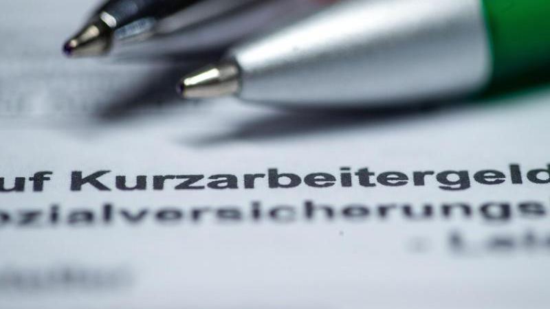 Ein Antragsformular auf Kurzarbeitergeld ist zu sehen. Foto: Jens Büttner/dpa-Zentralbild/dpa/Illustration
