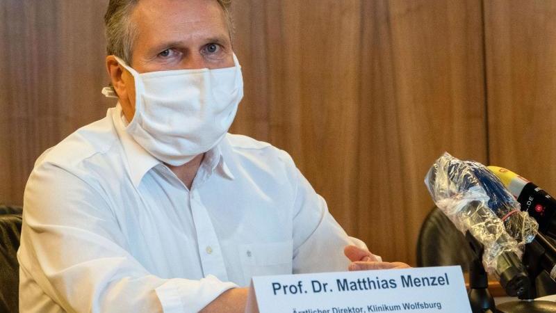 Matthias Menzel, Ärztlicher Direktor im Klinikum Wolfsburg, spricht mit einem Mundschutz bei einer Pressekonferenz. Foto: David Hutzler/dpa