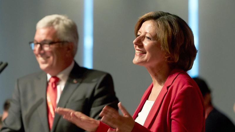 Malu Dreyer (SPD), Ministerpräsidentin von Rheinland-Pfalz (r). Foto: Thomas Frey/dpa/Archivbild