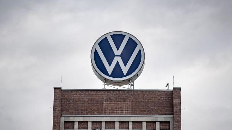 Ein großes VW-Logo auf dem Verwaltungshochhaus vom Volkswagen-Werk. Foto: Sina Schuldt/dpa/Archivbild