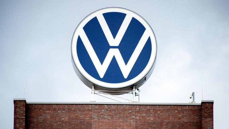 Blick auf das Logo der Volkswagen AG. Foto: Hauke-Christian Dittrich/dpa/Symbolbild