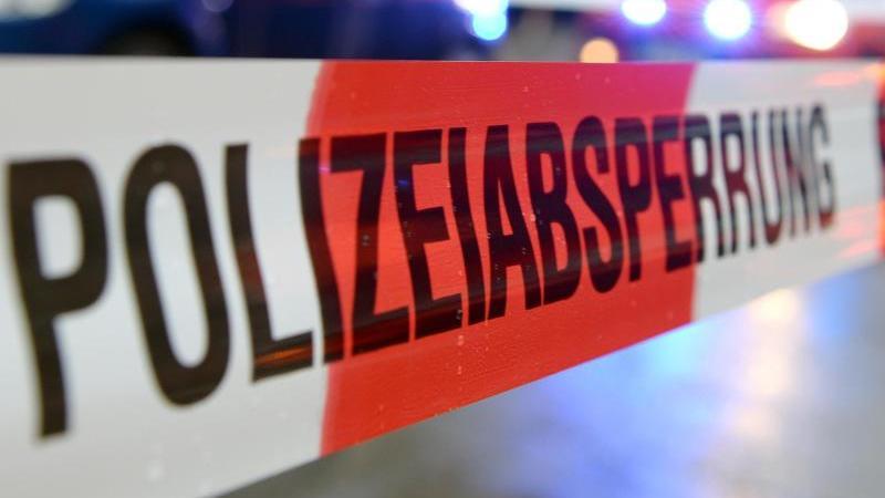 """Ein Flatterband mit der Aufschrift """"Polizeiabsperrung"""". Foto: Patrick Seeger/dpa/Symbolbild"""