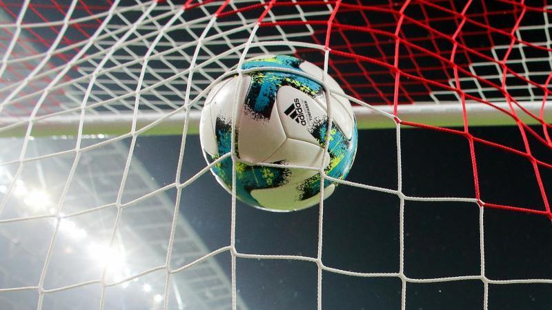 Ein Ball geht ins Netz. Foto: Jan Woitas/dpa-Zentralbild/dpa/Symbolbild