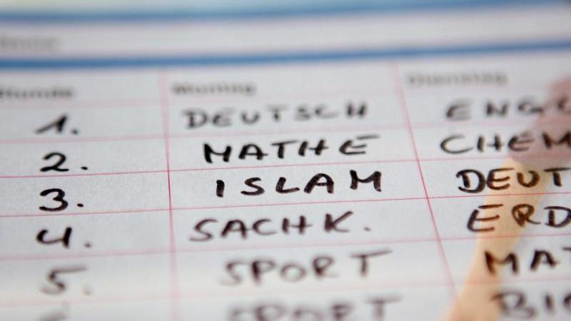 """In einem fiktiven Stundenplan ist das Schulfach """"Islam"""" eingetragen. Foto: picture alliance/dpa/Symbolbild"""