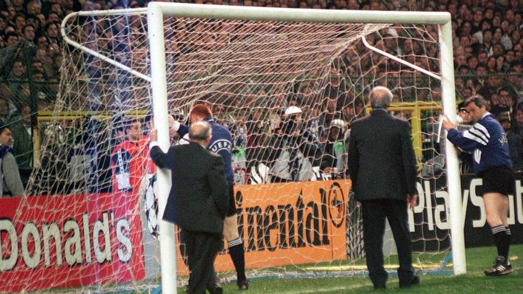 Der niederländische Schiedsrichter Mario van der Ende und UEFA-Offizielle inspizieren am 1.4.1998 im Santiago-Bernabeu-Stadion von Madrid das gerade aufgestellte neue Fußballtor, und 90.000 schauen zu. Es muß das von gewalttätigen Hooligans zerstörte