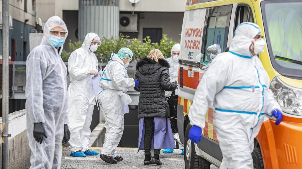 Bergamo Coronavirus - Covid patients arrive from hospitals at the Hotel Cristal Palace: Foto & xa9Sergio Agazzi/Fotogramma, Bergamo - 2020-03-30 p.s. la foto e utilizzabile nel rispetto del contesto in cui e stata scattata, e senza intento diffamato