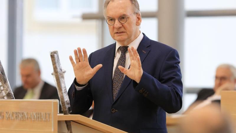 Reiner Haseloff (CDU), Ministerpräsident des Landes Sachsen-Anhalt, spricht im Plenarsaal. Foto: Peter Gercke/dpa-Zentralbild/dpa