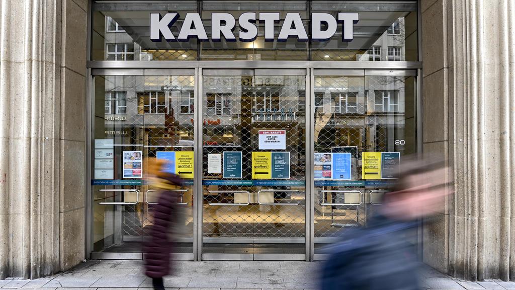 01.04.2020, Hamburg: Passanten laufern vor dem geschlossenen Eingang eines Kaufhauses der Warenhauskette Karstadt in der Innenstadt von Hamburg entlang. Die Warenhauskette Galeria Karstadt Kaufhof sucht angesichts der Umsatzeinbrüche durch die Corona