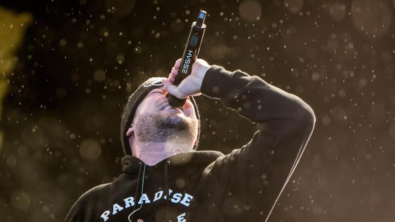 Rapper Kool Savas steht beim Splash-Festival auf der Bühne. Foto: Ole Spata/dpa-Zentralbild/dpa/Archivbild