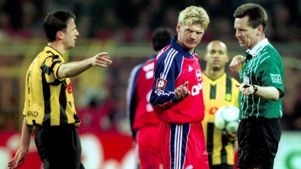 Stefan Effenberg (FC Bayern) und Schiedsrichter Hartmut Strampe