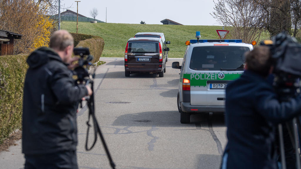 03.04.2020, Bayern, Vogtareuth: Leichenwagen transportieren die Opfer vom Tatort ab. Ermittler hatten zwei tote Kinder und ihre tote Mutter in einem Haus in Vogtareuth nahe Rosenheim gefunden. «Wir gehen davon aus, dass sich eine Familientragödie abg