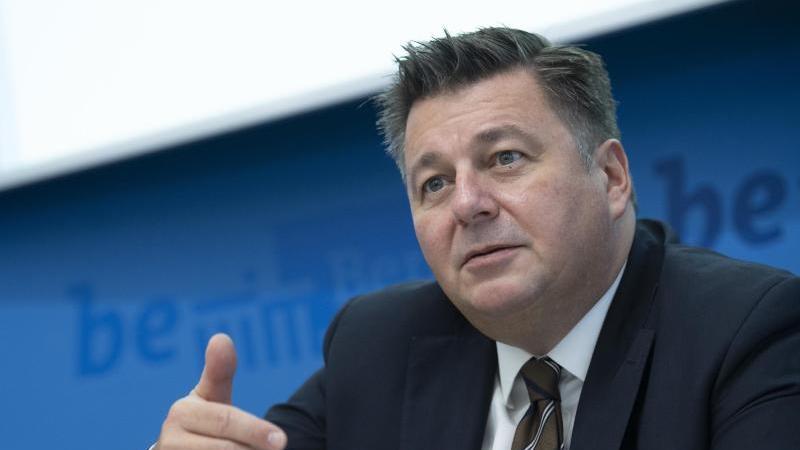 Berlins Innensenator Andreas Geisel (SPD) bei einer Pressekonferenz. Foto: Paul Zinken/dpa