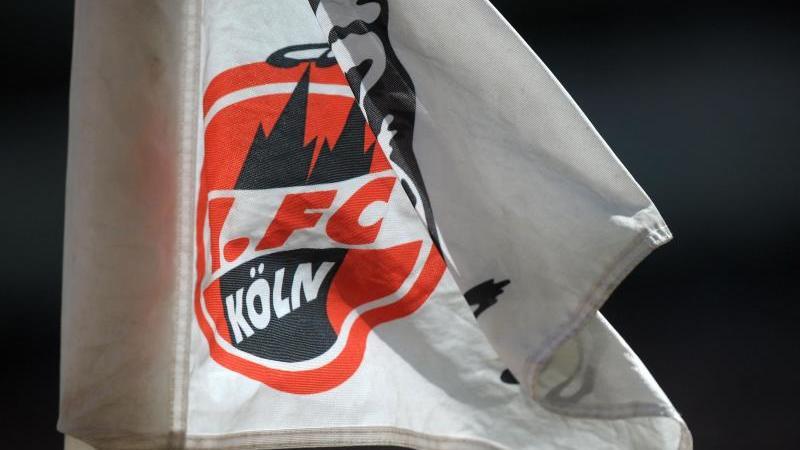 Das Kölner Emblem ist auf der Eckfahne zu sehen. Foto: picture alliance / dpa / Archivbild