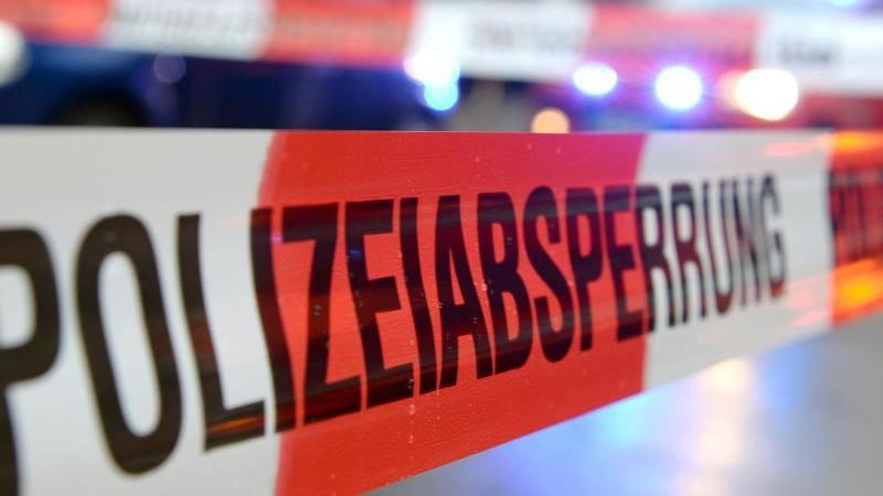 """Ein Flatterband mit der Aufschrift """"Polizeiabsperrung"""". Foto: Patrick Seeger/dpa/Archivbild"""