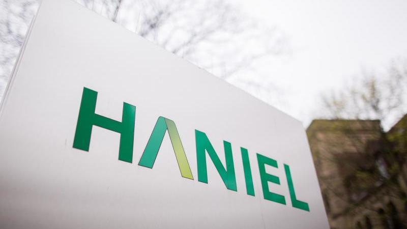 Ein Schild mit dem Logo von Haniel. Foto: Rolf Vennenbernd/dpa/Archivbild