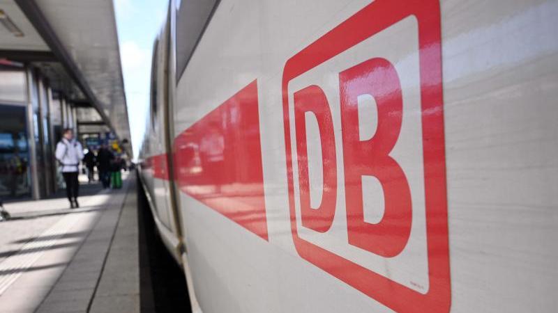 Das Logo der DeutschenBahn ist auf einem Wagon zu sehen. Foto: Martin Schutt/dpa-Zentralbild/dpa/Archivbild