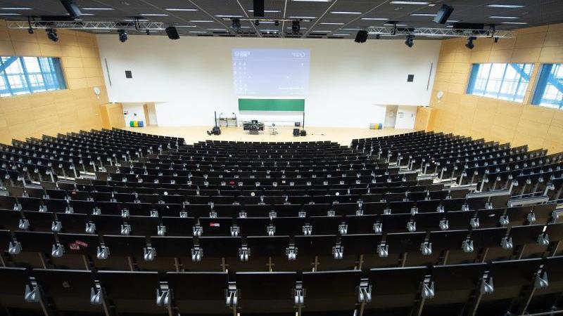 Ein leerer Hörsaal ist zu sehen. Foto: Sebastian Kahnert/dpa-Zentralbild/dpa/Archivbild