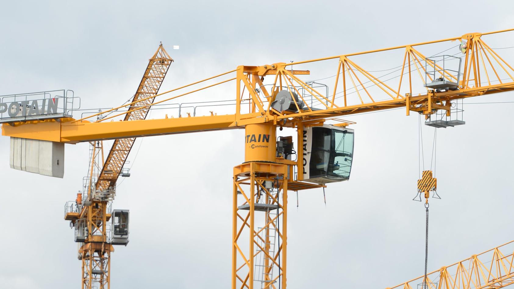 Bei einem schweren Arbeitsunfall nahe der Hamburger Elbbrücken sind am Montagmittag zwei Bauarbeiter lebensgefährlich verletzt worden (Symbolbild).